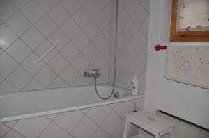 Badezimmer im unteren Stockwerk mit Dusch & Badewanne